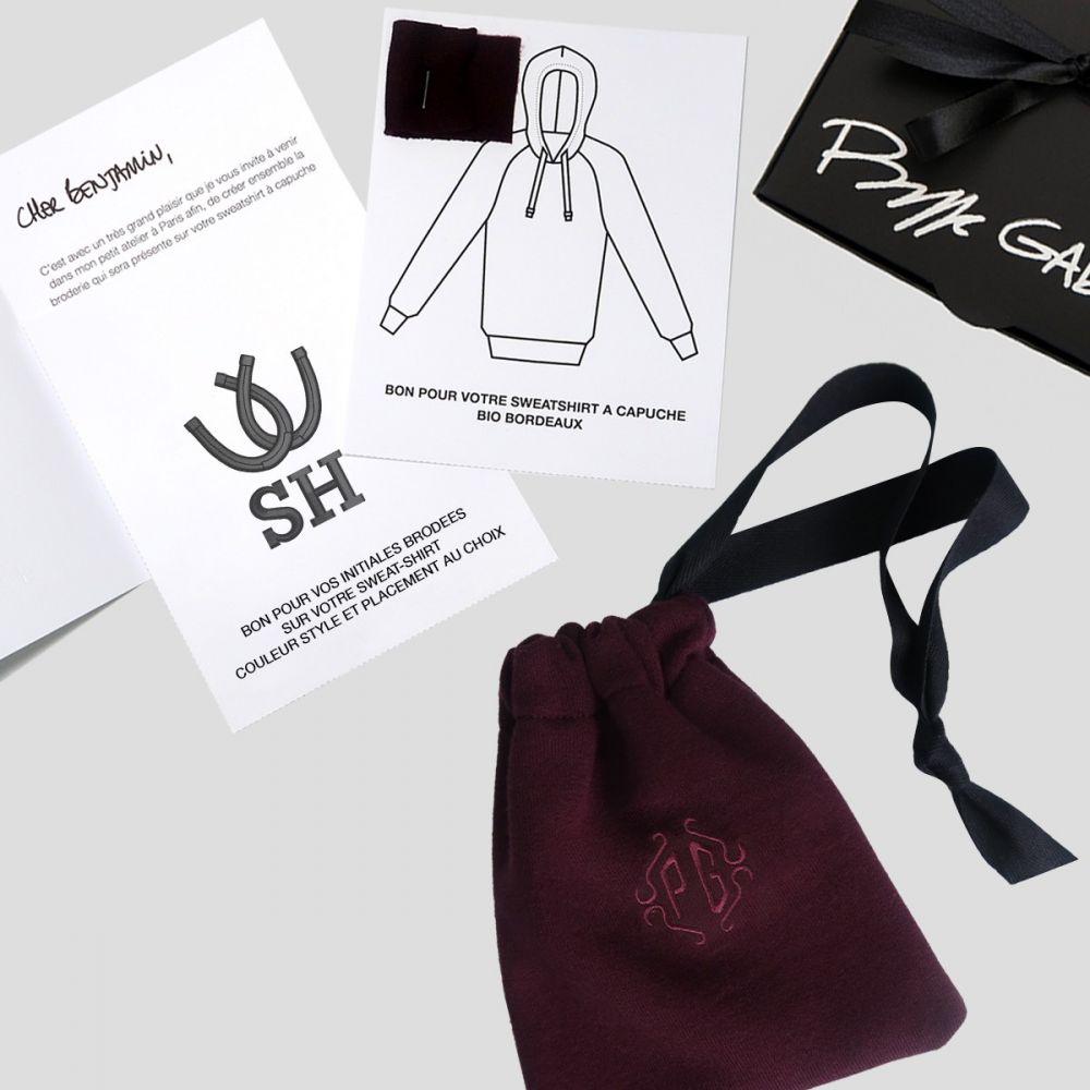 La boite surprise comprenant un bon pour un sweat-shirt bio + les initales brodées