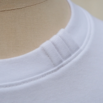 Organic T-shirt with signature 3 folds on collar